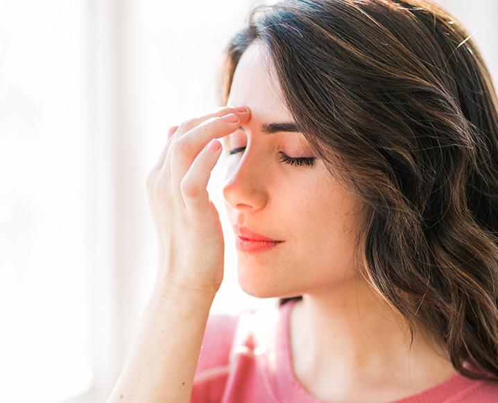 mulher aplicando eft: técnica de libertação emocional