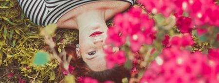 mulher deitada sob flores