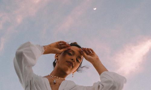 mulher conectada com as fases da lua