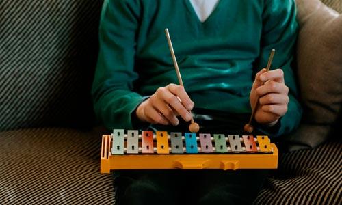 homem tocando instrumento em sessão de Arteterapia