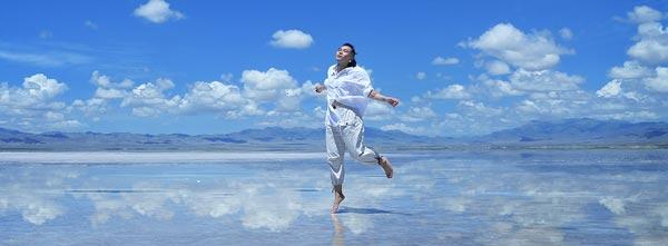 pessoa dançando no vento feliz em dia ensolarado