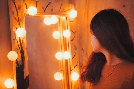 Menina em frente ao espelho da alma
