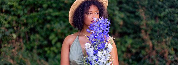 Mulher segurando flores do Floral de Bach Chicory