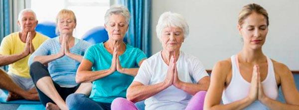 Grupo de idosos em meditação e saúde contra estresse