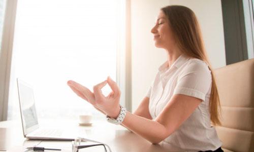 mulher em meditação na empresa - meditação no trabalho