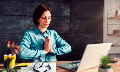 Mulher em meditação no trabalho