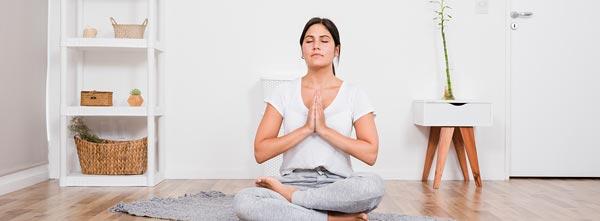 Menina em meditação e saúde no chão redução de cortisol