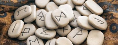 peças e pedras de runas nórdicas