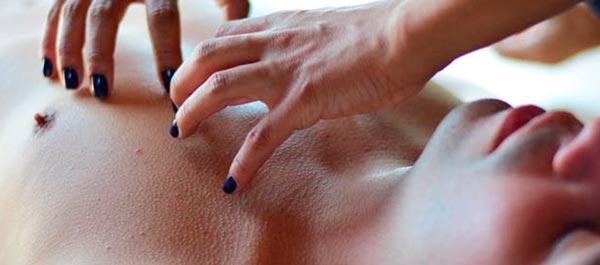 homem recebendo massagem tantrica