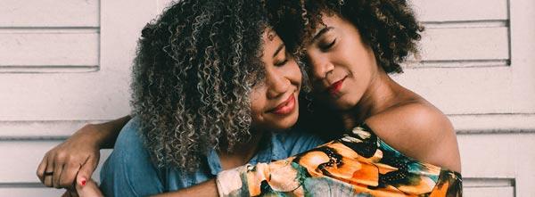 mulheres em abraço de afeto