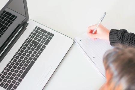 mulher escrevendo e aprendendo como divulgar o trabalho de terapeuta de forma humanizada através do conteúdo