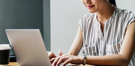 terapeuta em laptop - marketing para terapeutas digitais