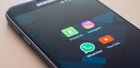 foto de celular com redes sociais: snapchat, instagram, whatsapp e youtube
