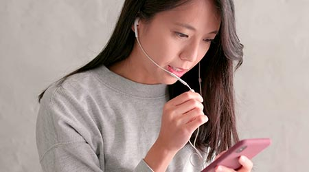 mulher em atendimento terapêutico online via celular