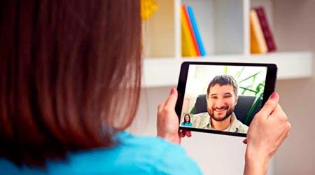 mulher em atendimento terapêutico online com terapeuta por tablet