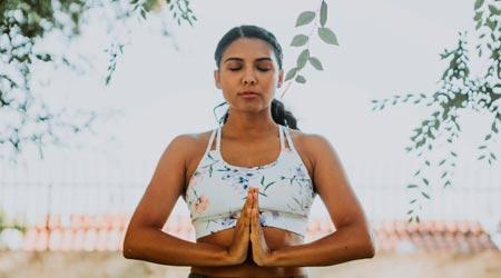 yogini meditando com mãos em gratidão