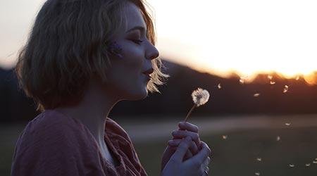 mulher assoprando flor dente de leão - criando nova realidade com barras de access