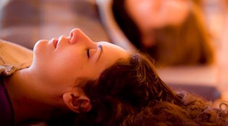 Mulher em sessão de Renascimento sentindo os Benefícios do Rebirthing