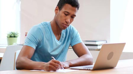 terapeuta escrevendo em caderno com marketing de conteúdo