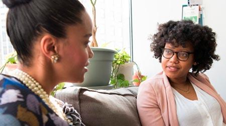 terapeutas empoderadas conversando sobre dicas para divulgar terapia holística