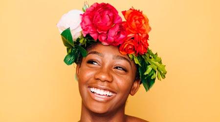 Benefícios do Thetahealing - Download de sentimentos positivos: mulher sorrindo