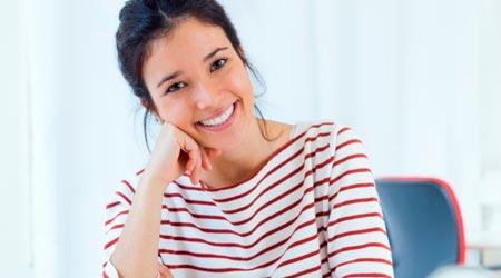 Como ser Terapeuta - Mulher feliz sorrindo com seu Propósito de ser Terapeuta
