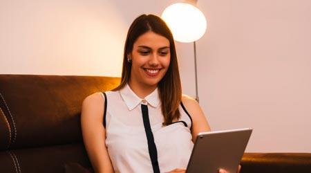 Menina realizando sessão de Thetahealing online em tablet