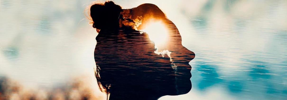 Benefícios do Thetahealing - Mulher feliz com superação de trauma