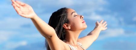 mulher em respiração consciente - benefícios do Rebirthing - a terapia do renascimento
