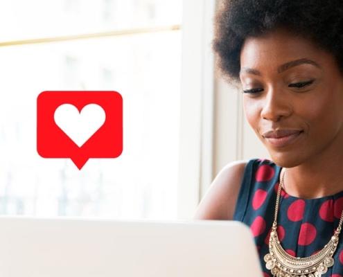 duas pessoas em celulares trocando conteúdos de amor -Como divulgar o trabalho de terapeuta de forma humanizada