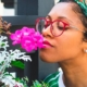 Mulher com flores - Como ter uma vida sustentável em 10 passos