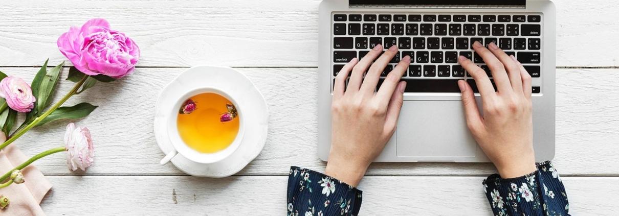 terapeuta em mesa usando laptop lendo dicas para divulgar terapia holística