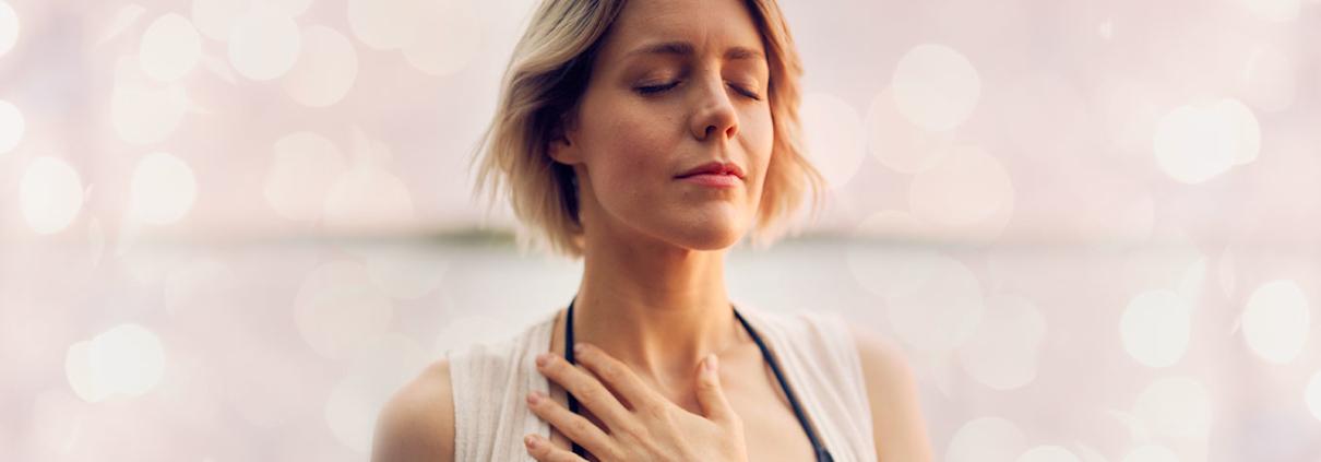 mulher com mão no peito plena em perdão com a EFT