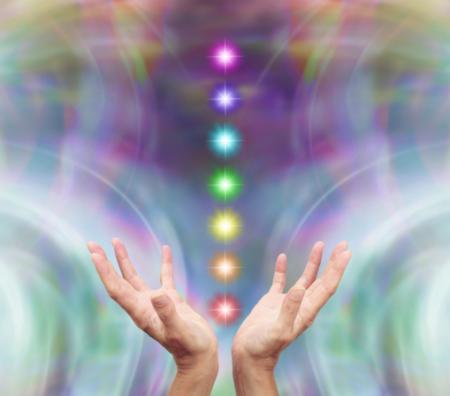 mãos com 7 chakras - reiki online