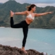 Shaoca - Limpeza mente e corpo com Yoga - Menina em pose de Yoga sorrindo em paisagem de praia