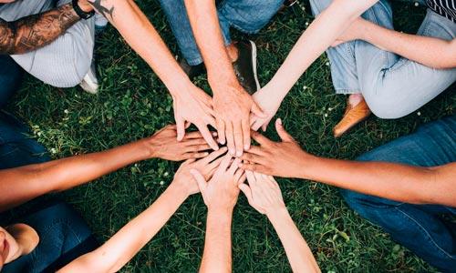 grupo com mãos unidas em ação do bem
