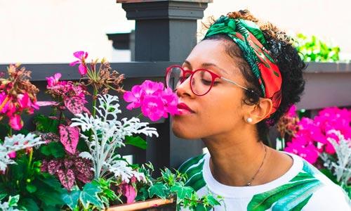 mulher com flores e plantas