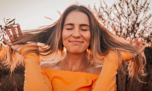 mulher contente - santosha - contentamento