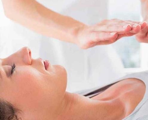 terapia holística funciona - mulher em sessão de Reiki