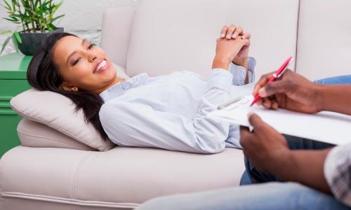 mulher em tratamento com hipnose ericksoniana