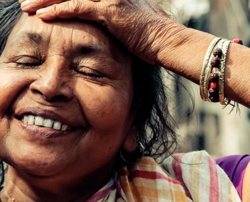 Mulher vivenciando Santosha