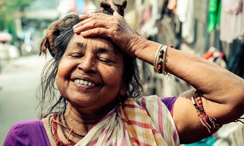 Mulher vivenciando Santosha, a arte do contentamento