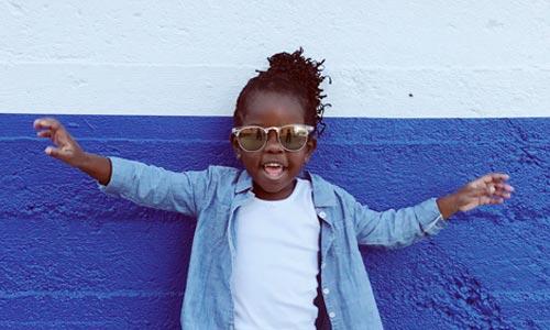 criança índigo feliz com óculos escuro