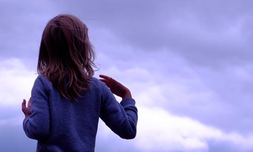 menina olhando para o céu: quem são as crianças índigo?