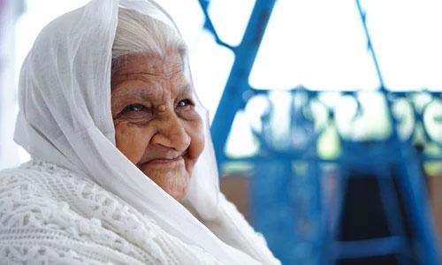 pessoa indigo idosa