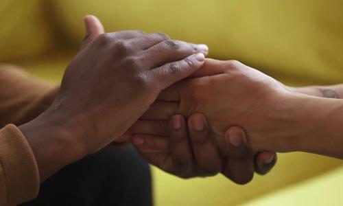 leis espirituais do sucesso: lei da doação - mãos simbolizando troca
