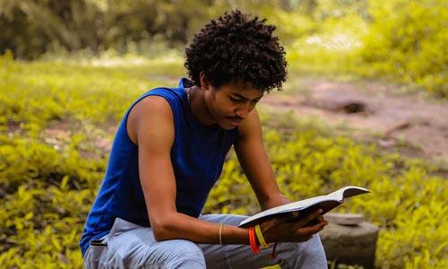 homem lendo e praticando a sabedoria de Svadhyaya