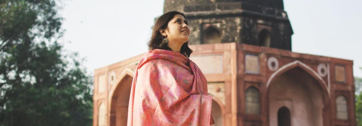 mulher na india em busca de Svadhyaya: autoconhecimento no yoga