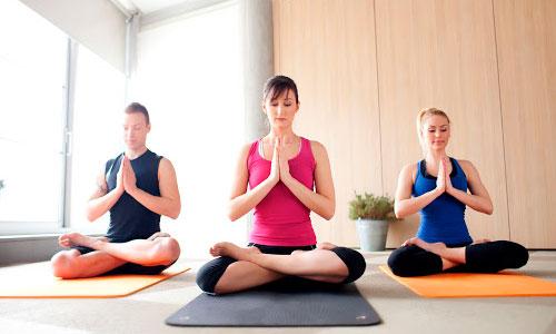demonstração de como funciona prática de yoga em empresas