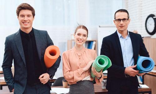Empresários fazendo Yoga nas Empresas